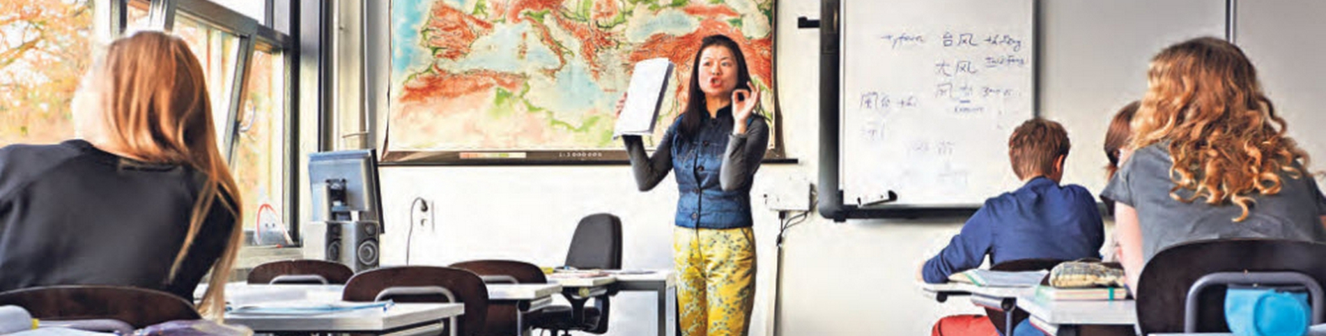 Docent Monica Chen geeft Chinese les Gemeentelijk Gymnasium Hilversum Cursus Chinees Taalles